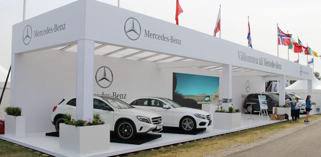 Mercedes bilar står uppradade i Mercedes monter på Falsterbo Horse Show.