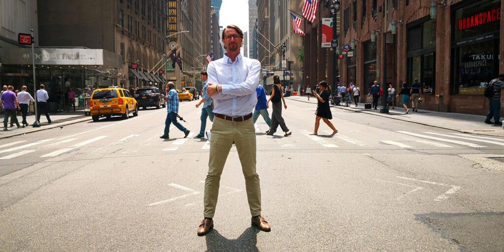 Victor Lagersten från Adapt står på en gata på Manhattan, New York.