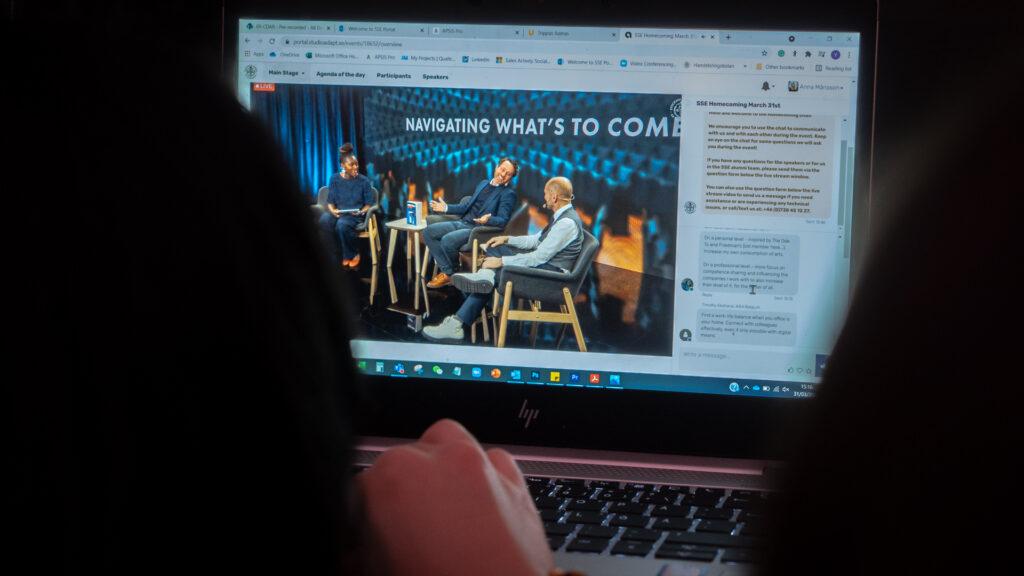 Deltagare tittar på streamat event