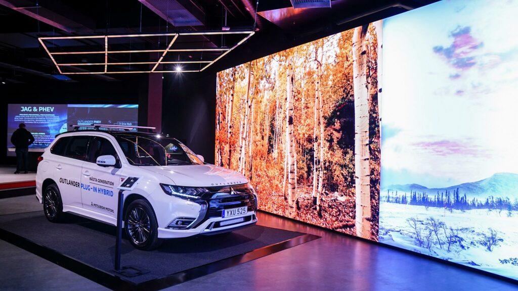 Bil i butik med LED-skärm, ljusteknik och touchskärm. Adapt stod för installation av teknik.