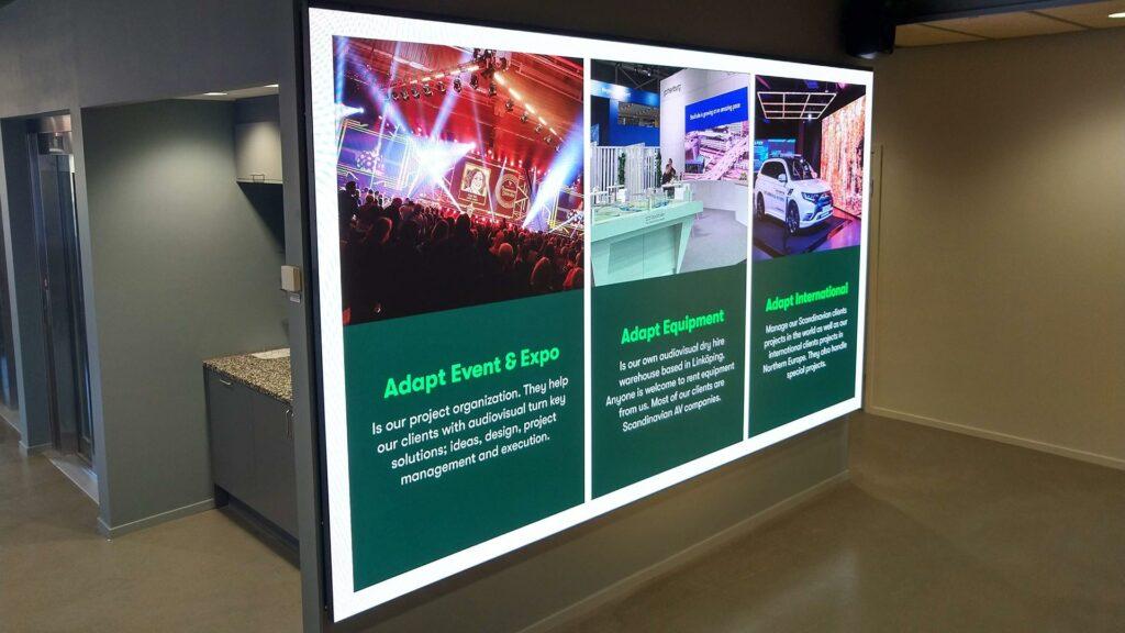 LED-skärmar inomhus med information om Adapt
